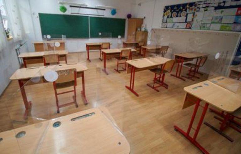 scoala-reconfigurata-in-contextul-epidemiei-pupitrele-au-plexiglas-elevii-merg-pe-trasee-delimitate-18709999-768x490_eea92.jpg